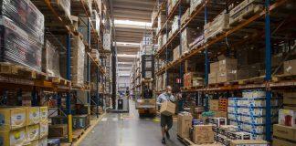 O volume de vendas do comércio varejista no país recuou 3,1% em agosto, na comparação com o mês anterior (2,7%). Além disso, mais da metade