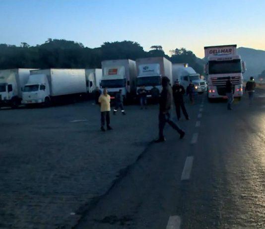 Caminhoneiros fecharam uma das pistas da BR-101, na altura do km 308, em Viana, no Espírito Santo, na manhã desta segunda-feira (26). A pista já foi liberada.