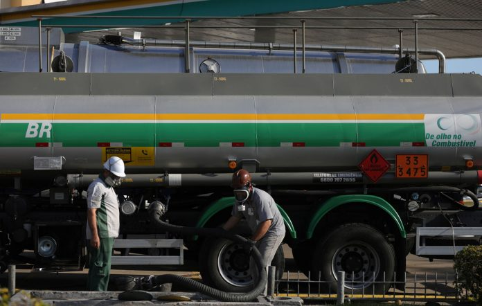 O preço médio da gasolina subiu pela 6ª semana nos postos do país, de acordo com levantamento realizado pela Agência Nacional do Petróleo,