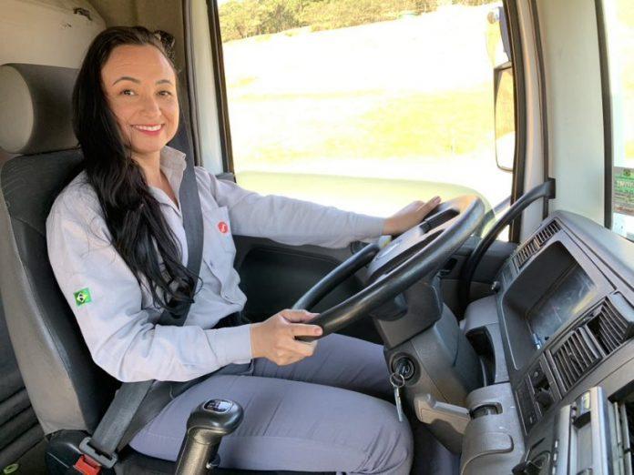 """A JSL lançou recentemente o programa """"Mulheres na Direção"""" com o intuito de capacitar profissionais para atuarem como motoristas."""