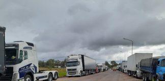Caminhoneiros fizeram na manhã desta quarta-feira (8) paralisações em trechos de rodovias em Santa Catarina, Paraná e Espírito Santo,